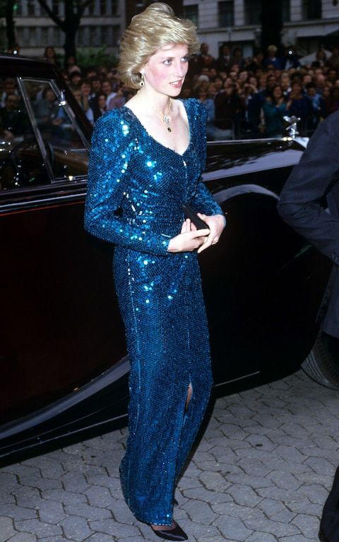 Lady Di usa look longo de paetês azulão
