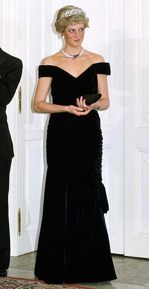 Diana com vestido de veludo azul noite decotado