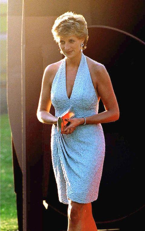 Princesa Diana usa vestido frente-única