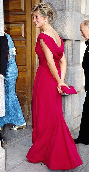 Lady Di com vestido rosa decotado e drapeado nas costas