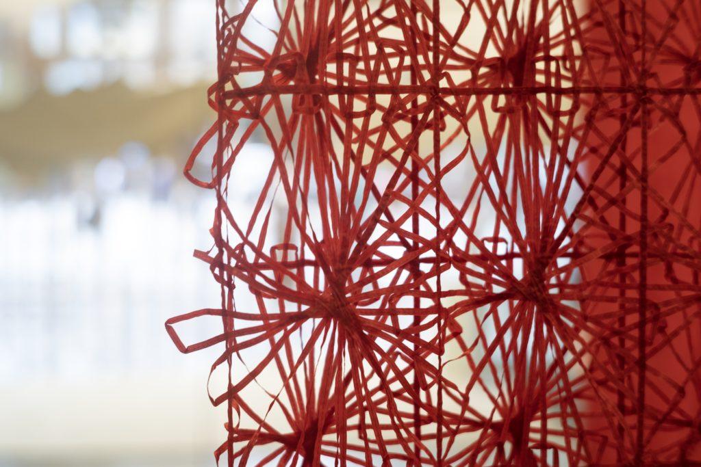 Foto de tecido sustentável vermelho vazado